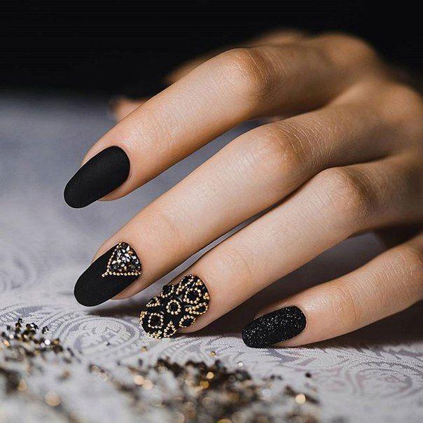 黑色镶钻豹纹美甲图片